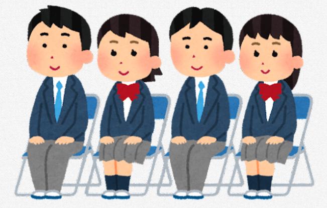 入学式で座る男女